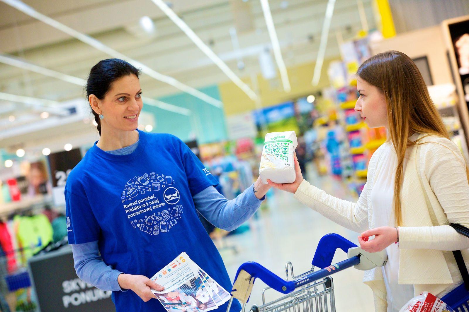 """23f4ab0c0b530 ... potravín a drogériového tovaru, čo predstavovalo 275-tisíc porcií  jedla,"""" povedala Veronika Bush, riaditeľka komunikačného oddelenia Tesca na  Slovensku."""